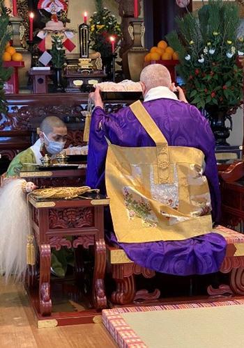 傳通院本堂へ参拝する様子1